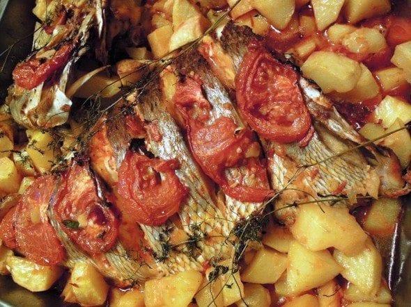 Peixe assado no forno, óptimo para noites frias em que não podemos grelhar o peixe. Com uns golpes do tamanho de postas e o tempero certo é óptimo. Pode comprar o peixe (robalo, sargo, garoupa, cherne, pargo ou o que lhe apetecer) à posta ou inteiro. Se comprar inteiro peça para separar a cabeça e aproveite para fazer uma saborosa sopa de peixe. No peixe inteiro peça à peixeira para dar uns cortes equivalentes uma posta por pessoa Peixe assado no forno Ingredientes para 4 pessoas: 1kg peixe 0,5kg tomate 2 cebolas 1 batata média (ou grande se forem muito batateiros) por pessoa 8 alhos picados 3 folhas de louro 3 cl de sopa de colorau Azeite qb Vinho branco qb Sal Grafe e Faca Peixe assado no forno Antes de mais e 1h a 2h antes salgue o peixe. Entretanto faça o molho para temperar o peixe. Junte os alhos, o louro, o colorau, o azeite, e o vinho branco num recipiente e mexa até ficar homogéneo. Depois de salgado, coloque o peixe num tabuleiro, com rodelas de cebola e tomate por cima que para além de dar gosto, fica muito bonito. Em volta do peixe disponha as batatas cortadas em cubos grandes. Se tiver que utilizar outro tabuleiro para as batatas só tem que as temperar da mesma maneira. Barre tudo com o molho que preparou e leve ao forno aquecido a 180º, tendo o cuidado de ir regando o peixe com o molho para não ficar seco. Está pronto, quando as batatas estiverem macias por dentro e estaladiças por fora. Grafe e Faca Peixe assado no forno Acompanhe com uma boa salada de alface, cebola e coentros. Grafe e Faca Peixe assado no forno