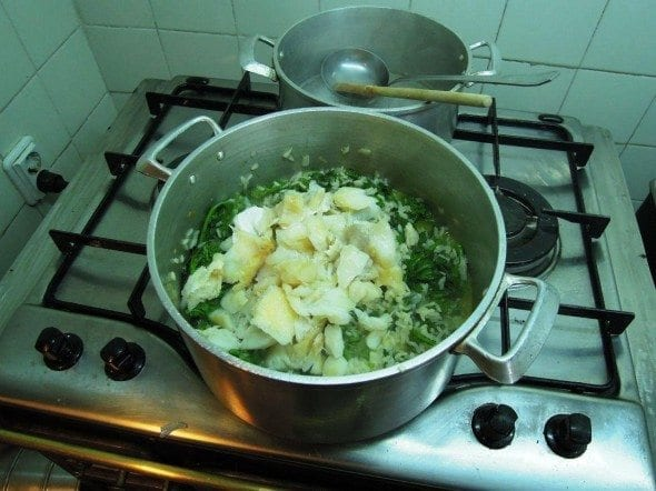 Arroz de grelos com bacalhau grafe e faca culinaria publicitario