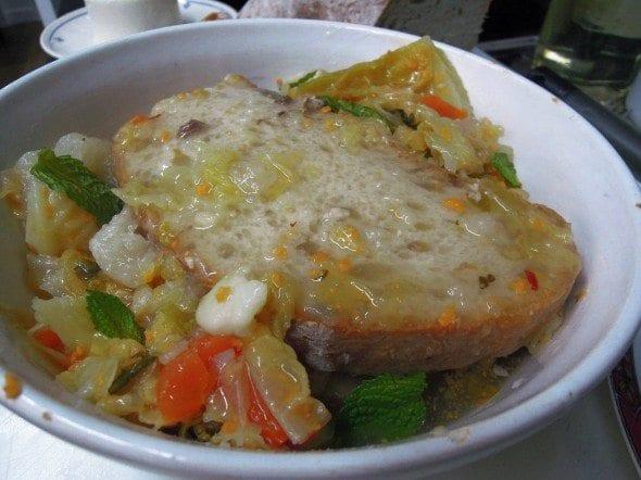 Sopas fervidas molhadas, com as sobras do cozido