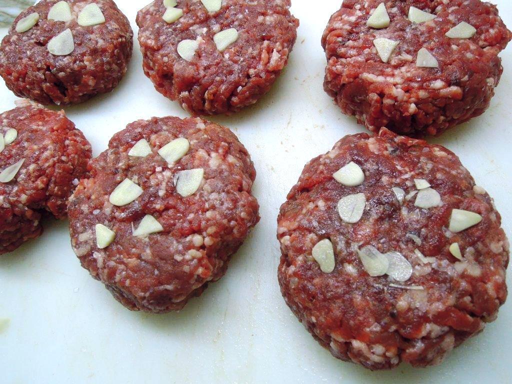 Hambúrgueres com fettucine e molho de mostarda