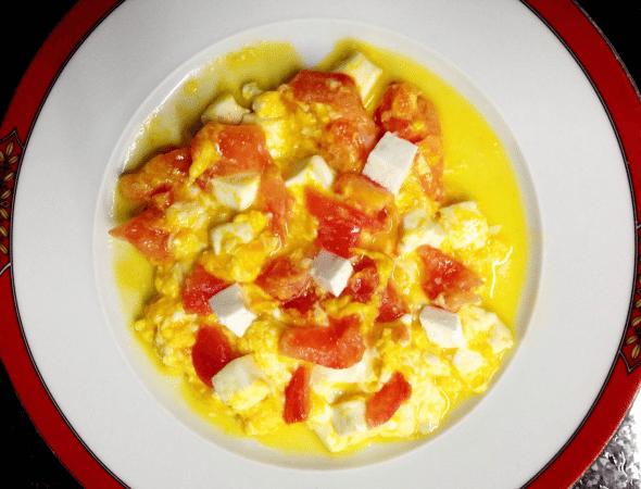 Grafe e Faca Ovos Mexidos com Tomate e Queijo Fresco