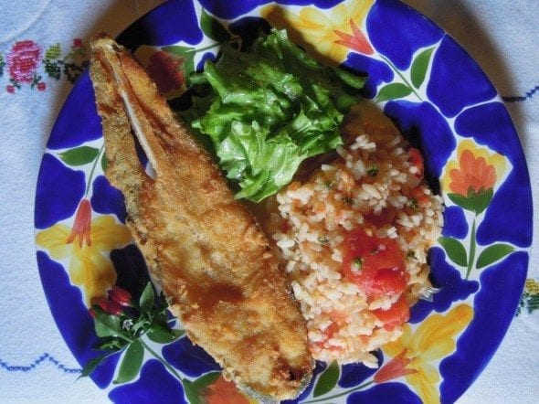 Grafe e Faca Peixe Galo Frito1 peixe galo frito Peixe galo frito, com arroz de tomate e lima Grafe e Faca Peixe Galo Frito1 590x442