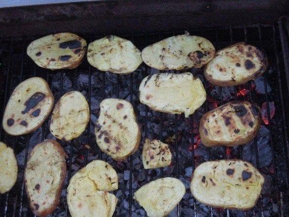 Grafe e Faca Batatas no churrasco com molho de Manteiga, Hortelã e Coentros2