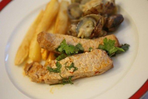 Grafe e Faca Lombo de porco às tiras frito com massa de pimentão e coentros