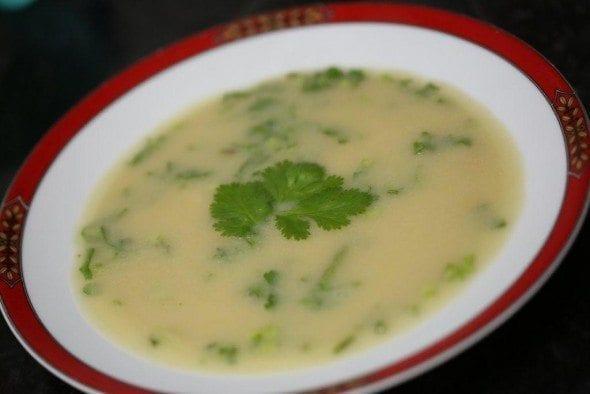 Grafe e Faca Sopa de cebola e grão com coentros
