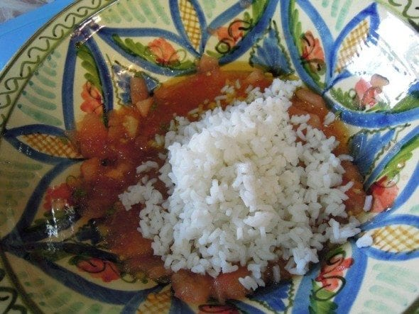 Arroz de tomate frio com sementes de manjericão
