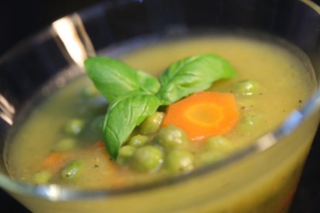 Creme de legumes com ervilhas e manjericão