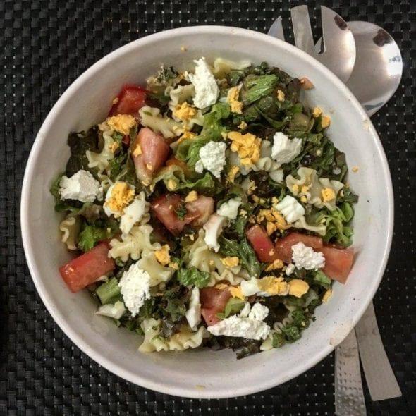 Salada mista com ovo e requeijão